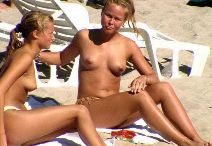 30-Beautiful-babes-topless-on-the-sunny-beaches Beautiful babes topless on the sunny beaches